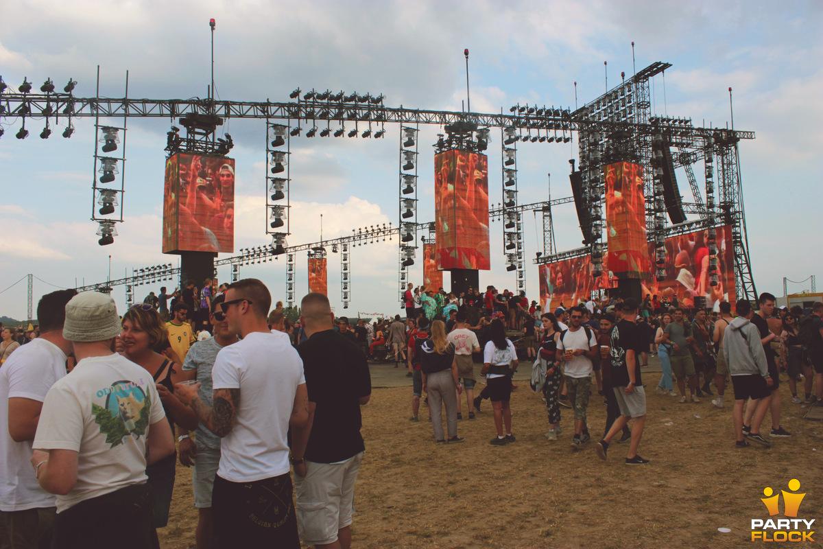 [img width=600 height=400]https://photo.partyflock.nl/944063/1200x800/Dour-Festival-7.jpg[/img]