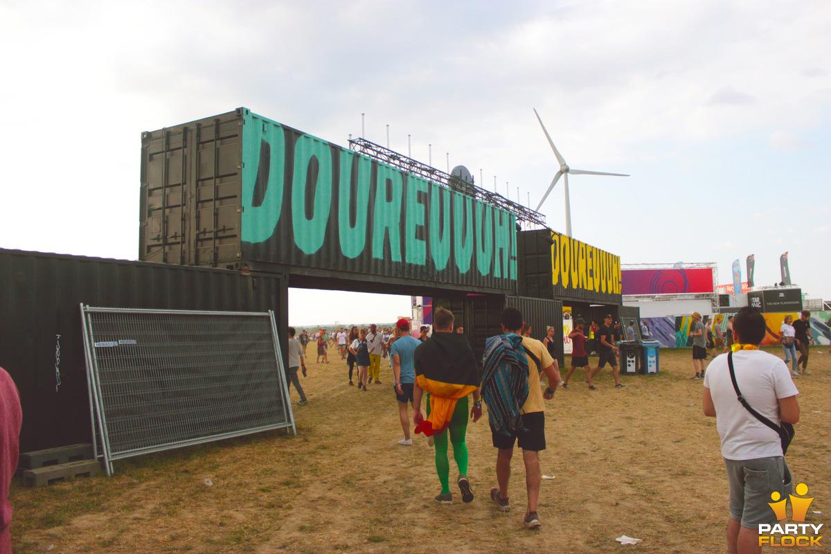 [img width=600 height=400]https://photo.partyflock.nl/944064/1200x800/Dour-Festival-8.jpg[/img]