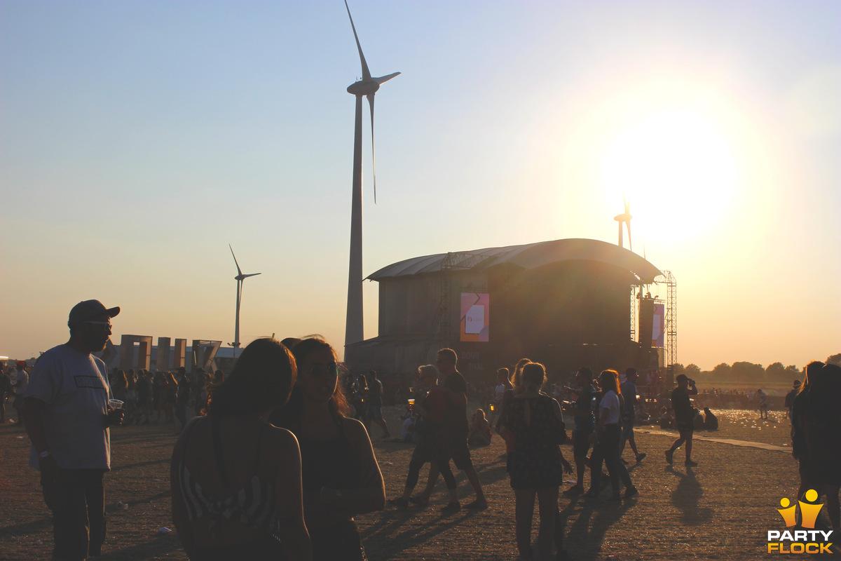 [img width=600 height=400]https://photo.partyflock.nl/944095/1200x800/Dour-Festival-39.jpg[/img]