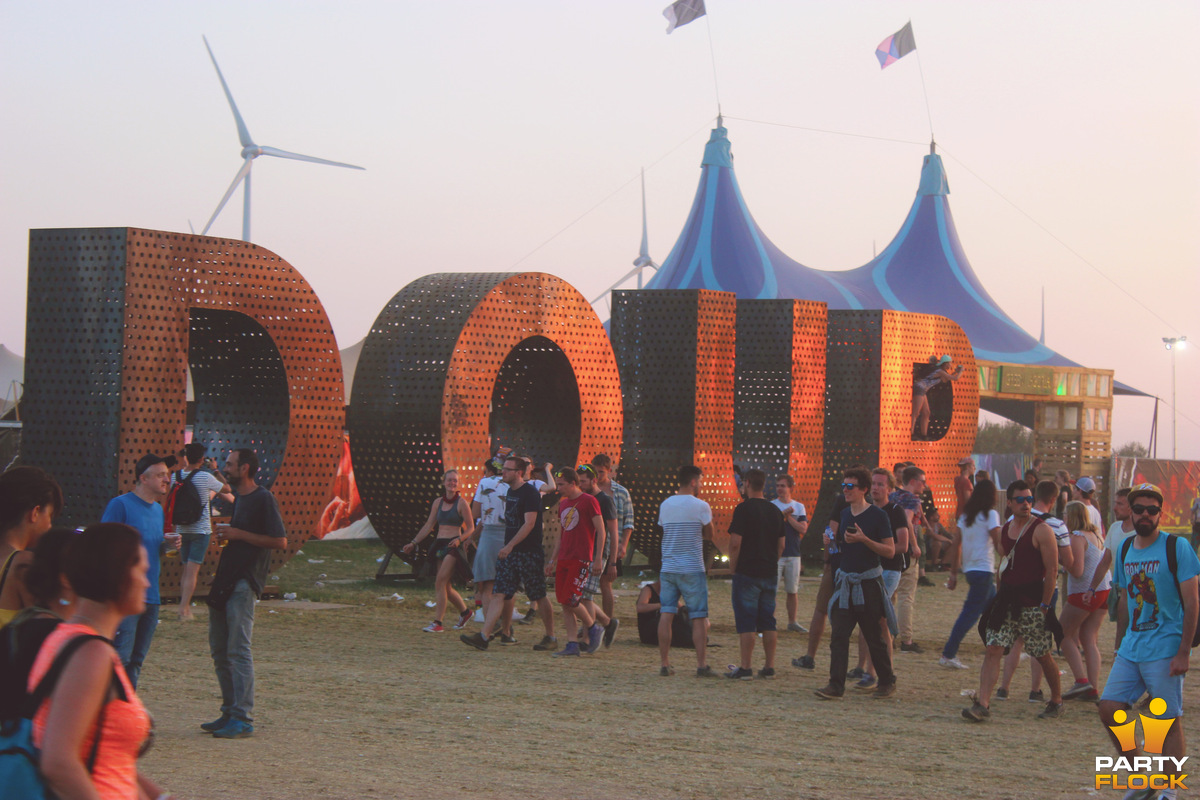 [img width=600 height=400]https://photo.partyflock.nl/944157/1200x800/Dour-Festival-101.jpg[/img]